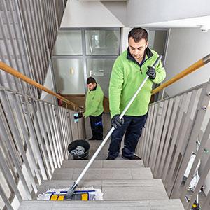 Fachkräfte beim reinigen des Treppenhaus als Teil der Hausordnung