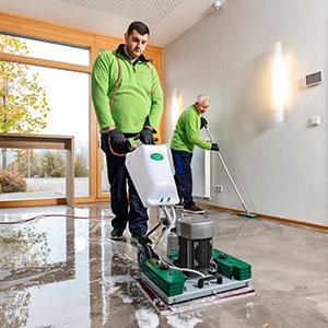 Zwei Reinigungskräfte bei der Baufeinreinigung (Bauendreinigung)