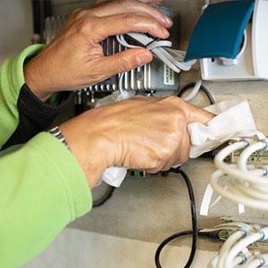 Reinigung eines industriellen Elektroschaltkasten als Bereich der Industriereinigung